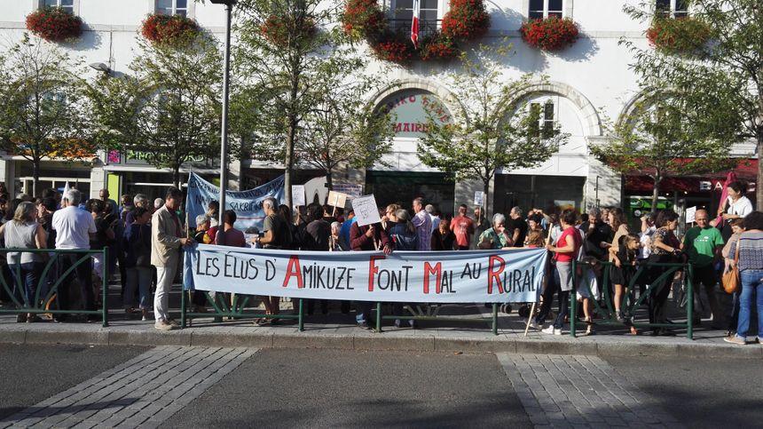 Rassemblement des opposants à la vente du château d'Etcharry devant la mairie de Saint Palais