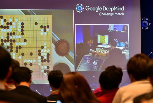 Images du 3e match de la Google DeepMind Défi match entre Lee Se-Dol, l'un des plus grands joueurs modernes de l'ancien jeu de société Go et le AlphaGo supercalculateur Google développé dans un hôtel à Séoul le 12 Mars, 2016.