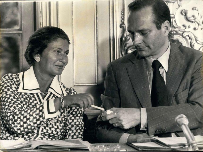 Jacques Chirac offre une cigarette à Simone Veil en 1974 lors d'une conférence de presse
