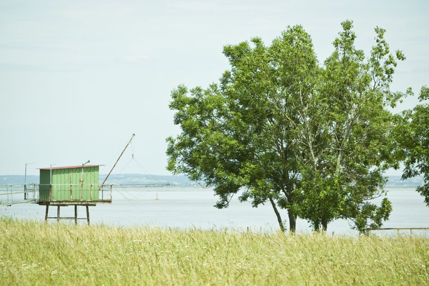 Cabane de pêcheur au bord de l'eau