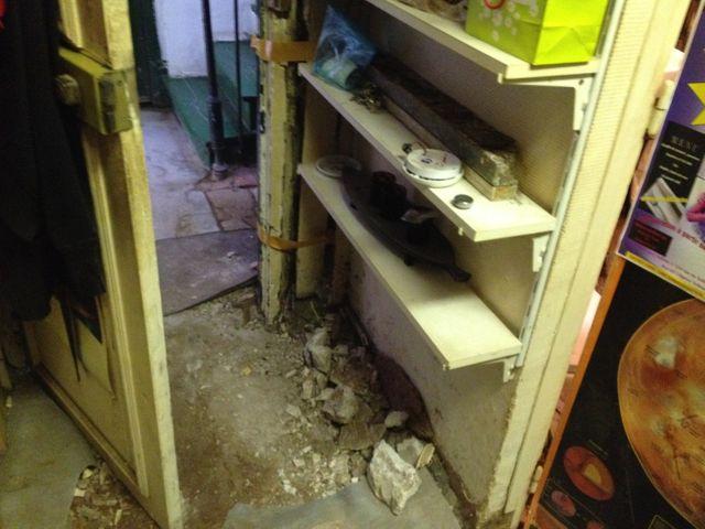 La porte tient avec du rouleau adhésif, et le palier s'est effondré