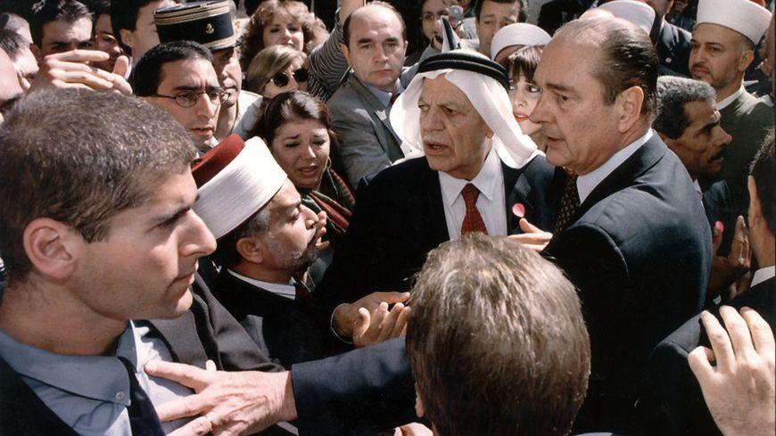 Jacques Chirac repousse un responsable de la sécurité israélienne, lors de sa visite à Jérusalem en octobre 1996.