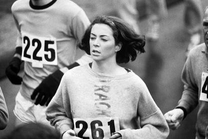Marathon de Boston : Kathrine Switzer (numéro 261) en action lors de la course, le 19 avril 1967. Les femmes n'étaient pas officiellement inclues dans la course jusqu'en 1972.