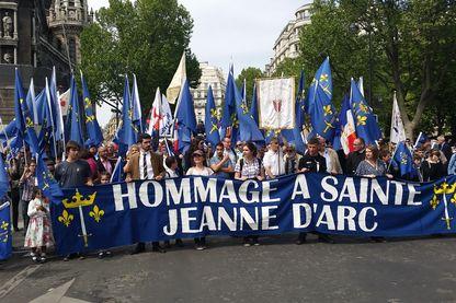 Départ du défilé de catholiques traditionnels en hommage à Jeanne d'Arc