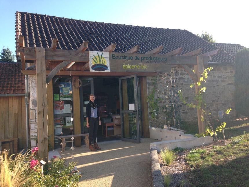 Léa tient l'épicerie bio qui est en fait une association de producteurs locaux.