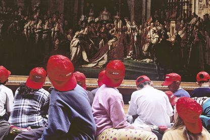Groupe d'enfants regardant le couronnement de Napoléon par David au Musée du Louvre
