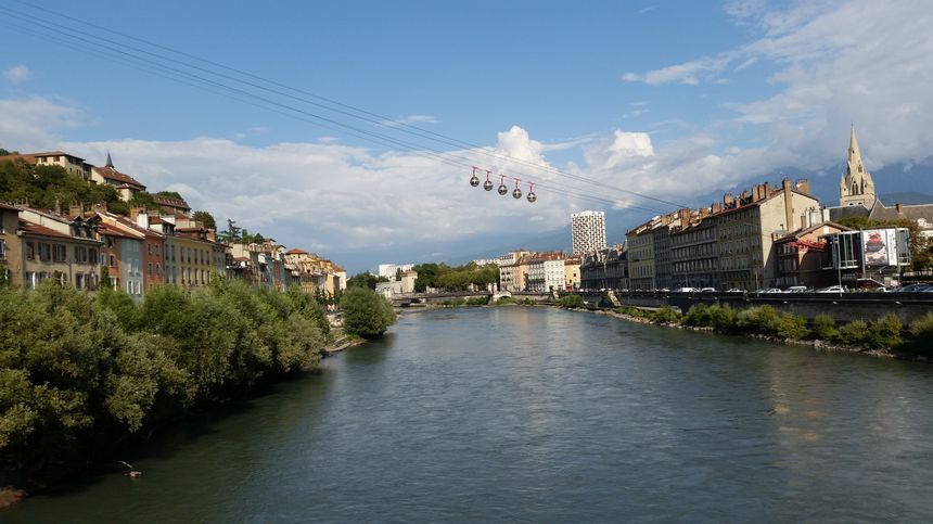 Les bulles de Grenoble passent au dessus de l'Isère