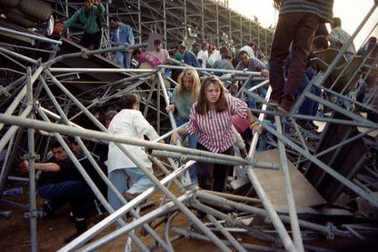Photo prise le 5 mai 1992 à Furiani montrant les spectateurs essayant de s'échapper après un stand effondré.