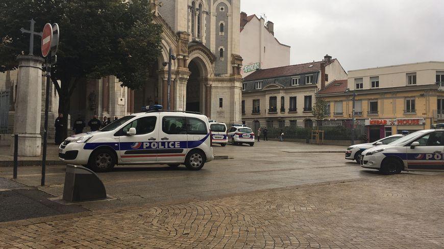 La place Jean-Jaurès sous haute protection policière ce dimanche matin à Saint-Etienne