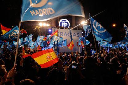 Des partisans du parti Populaire saluent le Premier ministre espagnol Mariano Rajoy sur le balcon au siège du Parti populaire après que son parti ait remporté le plus de voix lors des élections générales le 20 Décembre 2015 Madrid, Espagne.