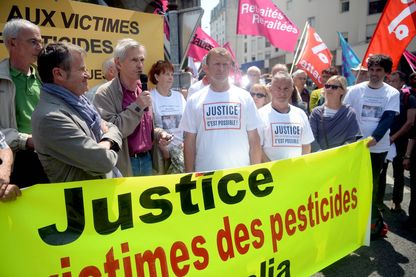 Manifestation de soutien devant le tribunal des affaires de sécurité sociale à Saint-Brieuc à Stéphane Rouxel et Laurent Guillou anciens salariés de Nutréa-Triskalia intoxiqués à Plouisy, en 2009, par l'insecticide Nuvan Total, interdit à la vente