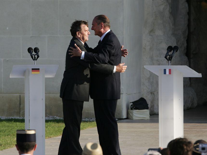 L'accolade entre Gérard Schroëder et Jacques Chirac le 6 juin 2004 devant le Mémorial de Caen.