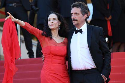 Kleber Mendonça Filho et Sonia Braga, le 21 mai 2016, lors de la montée des marches au Festival de Cannes.