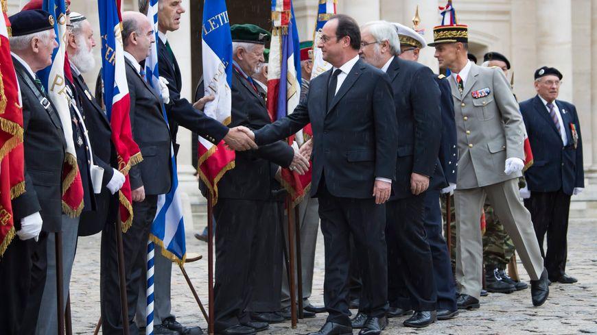 François Hollande rend hommage aux harkis aux Invalides