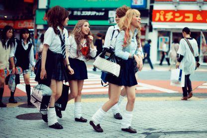 Écolières japonaises qui traversent la rue à Shibuya, Tokyo .