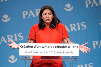 Conférence de presse de la maire de Paris, Anne Hidalgo : elle y a annoncé le 6 septembre 2016 l'ouverture du premier camp de réfugiés de la ville à la mi- octobre.