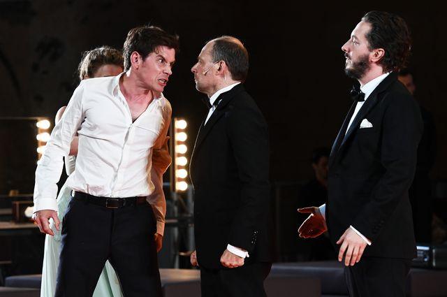 """Loïc Corbery, Denis Podalydès et Guillaume Gallienne pendant une répétition de la pièce """"Les damnés"""" au Festival de théâtre d'Avignon 2016."""