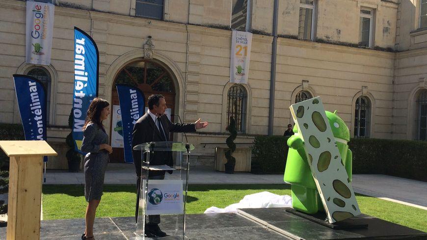 La statue de l'Android Nougat de Google a été dévoilée, ce mercredi midi, sur le parvis de la mairie de Montélimar.