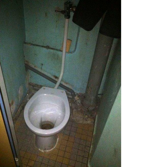 Toilettes dans une cellule de la prison de Fresnes