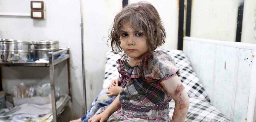Enfant blessée attendant d'être prise en charge à l'hôpital de Douma en Syrie, après un bombardement aérien.