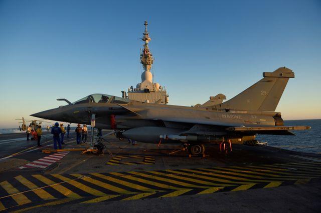 Un rafale avant son décollage du porte-avion Charles de Gaulle, le 30 septembre 2016