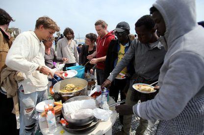 Le maire de Vintimille a interdit par arrêté de distribuer de la nourriture aux migrants, les no-borders ont manifesté contre celui-ci en servant des repas sur la plage.