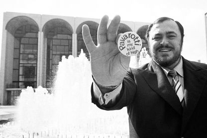 Luciano Pavarotti devant le MET de New-York, 1973