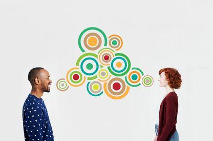 Homme et femme avec des bulles illustrées