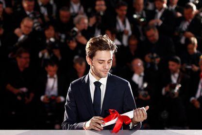 """Xavier Dolan avec son prix Grand Prix pour """" Juste la Fin du Monde »  le 22 mai 2016 au Festival de Cannes"""