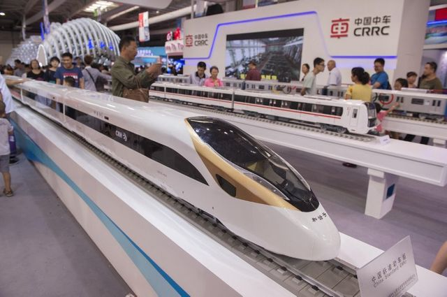 Le train à grande vitesse chinois sur le stand de China Railway Rolling Stock Corp Ltd exposé en Septembre 2015.