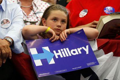 Une jeune partisane écoute un discours d'Hillary Clinton à l'Université de Californie Riverside