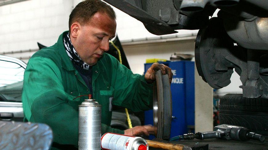Un apprenti en mécanique (illustration)