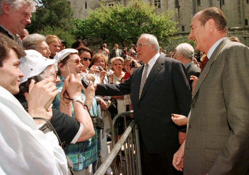 Un bain de foule pour Jacques Chirac et Elmut Kohl lors d'un sommet Franco-Allemand à Avignon