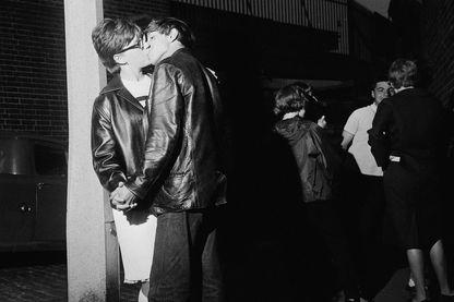 Jeune londoniens s'embrasant en 1964