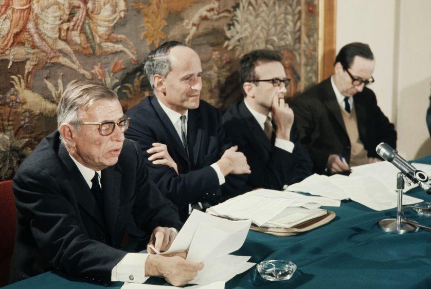 Jean-Paul Sartre,  Laurent Schwartz, Pierre Vidal-Naquet et Claude Bourdet  lors d'une conférence de presse à propos de la situation au Vietnam, le 08 février 1968 à Paris