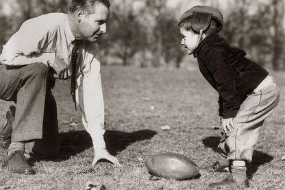 Père et fils jouent au rugby