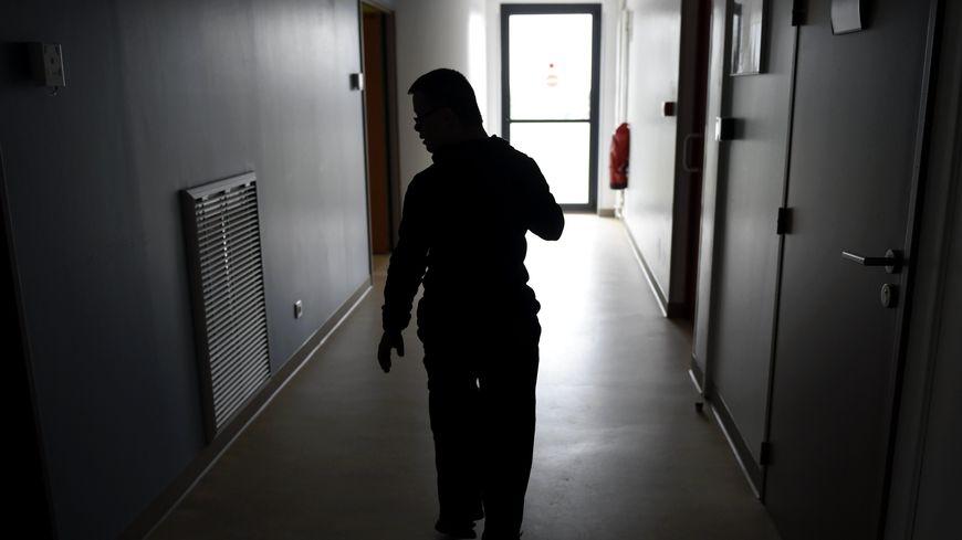 """Un adulte handicapé autiste dans un couloir du F.A.M """"Les Charmilles"""" (Foyer d'Accueil Médicalisé). PHOTO Alexandre MARCHI."""