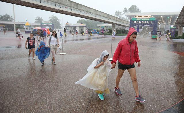 Frappé par les pluies battantes, le parc Disneyland de Floride a été évacué par le public