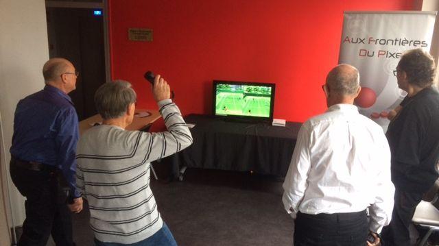 Pierre, 83 ans, dégaine un revers (virtuel) tout en souplesse.