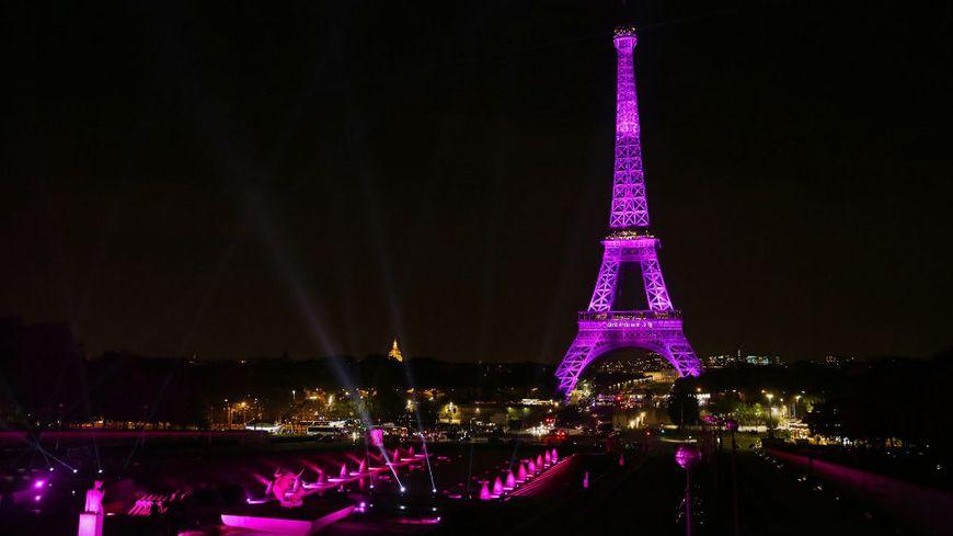 La tour Eiffel illuminée en rose le 26 septembre 2016 pour le lancement de l'opération Octobre rose