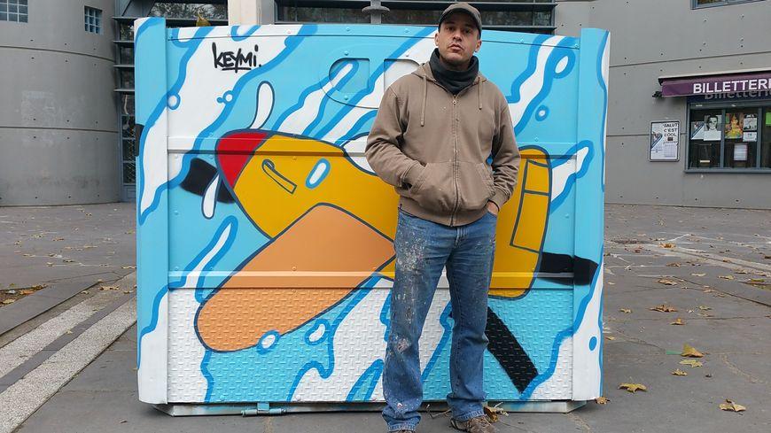 L'artiste Clermontois Keymi a graffé un conteneur sur le thème des avions pour la commune d'Aulnat.