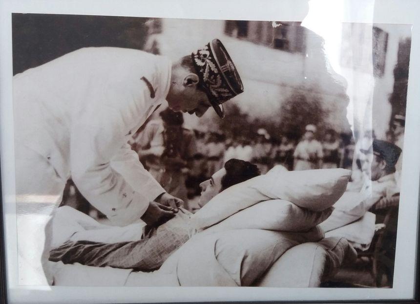 En 1942, le général de Gaulle décore le jeune Constant Engels, blessé au combat