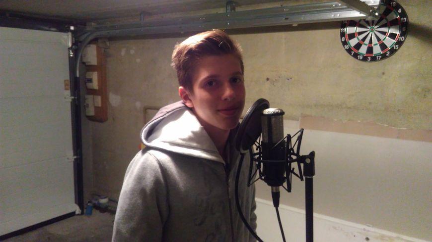 Evän, 13 ans, va quitter son garage, chez lui à Tinqueux, où il s'est installé un petit studio de musique. Il se rend sur le plateau de The Voice Kids, pour la grande finale.