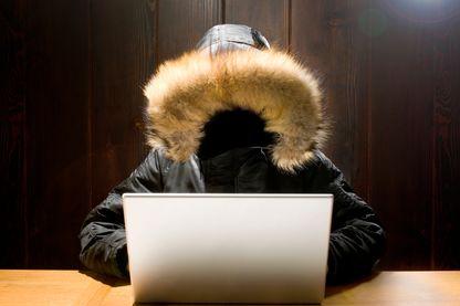 Personne anonyme en train d'utiliser un ordinateur portable