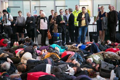 Activistes climatiques de la flash-mob Die-in à Heathrow
