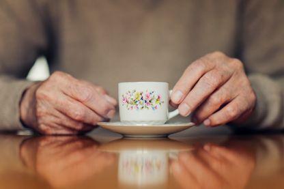 Senior buvant un café