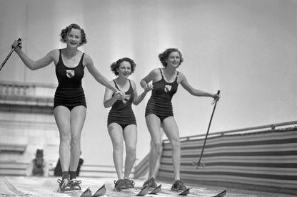 Jeunes Filles skiant en maillot de bain sur une piste artificielle en Californie (peut-être Fairmont ?), 1936