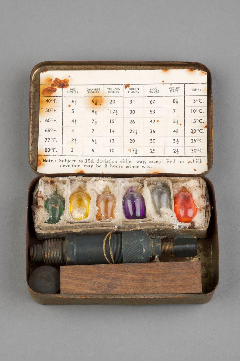 AC Delay Mk 1 SOE livré dans sa boîte avec des ampoules d'acétone et son allumeur chimique à retard, Seconde Guerre mondiale
