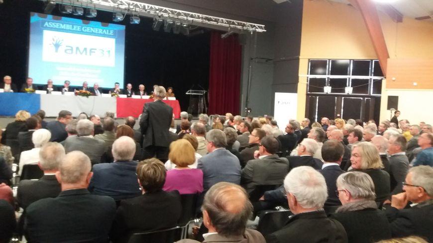 Lors de l'assemblée générale de l'association des maires, de nombreux élus interpellent le préfet