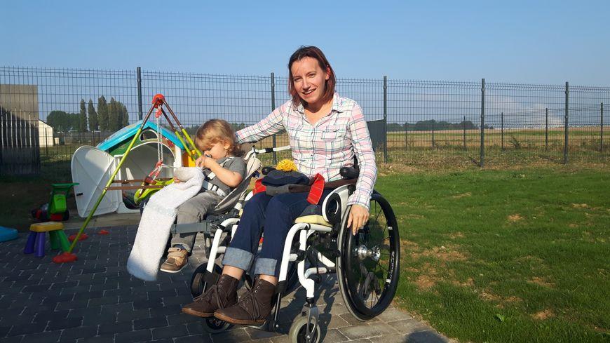 """Aurore Ropars et Loig sur le fauteuil roulant """"side car"""""""